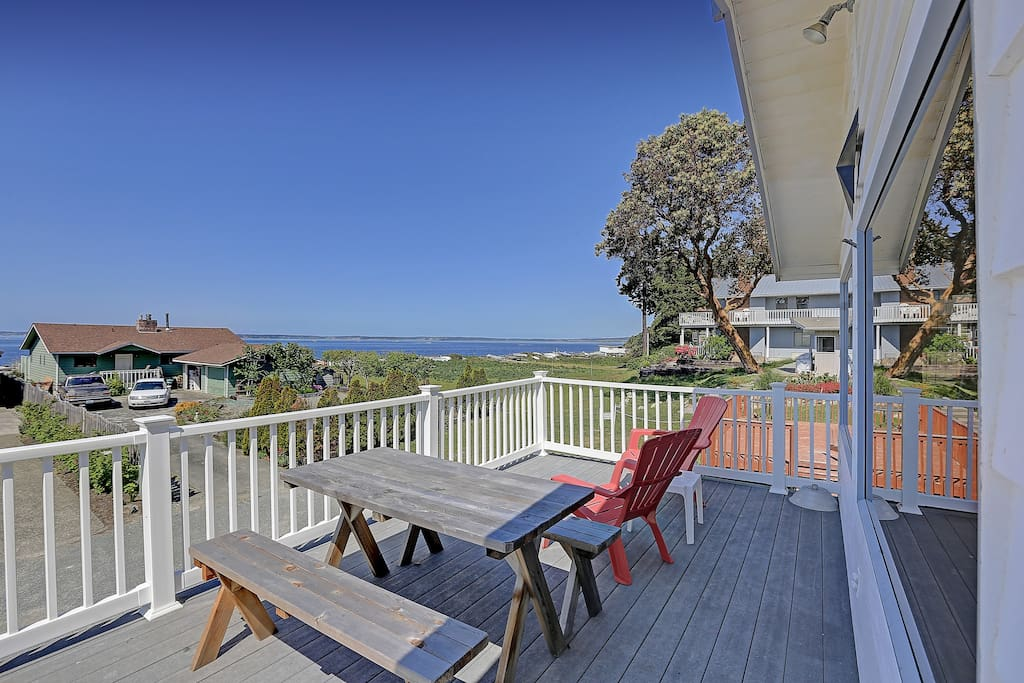 Front deck with picnic table and great view.