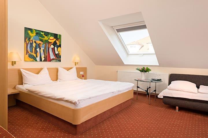 Hotel Heuboden, (Umkirch), Dreibettzimmer mit Dusche/WC