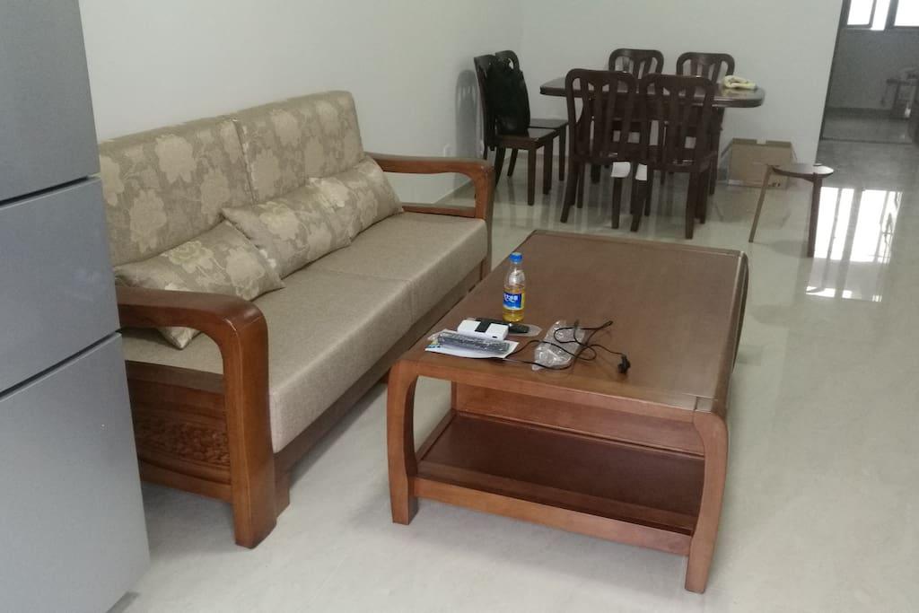 沙发和餐桌,冰箱。