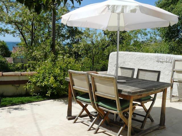 Maison vue mer avec parking terrasse et jardin