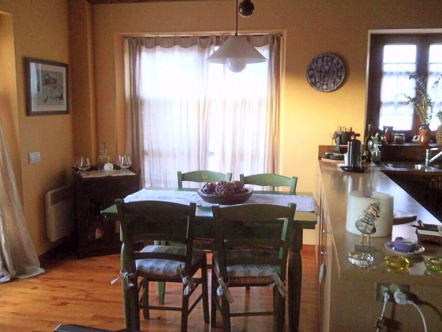 El comedor está justo al lado de la barra de la cocina