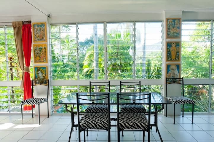Spacious top level of home in tropical settings - Whitfield - House