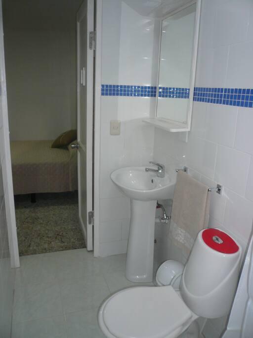 Baño privado completo con ducha