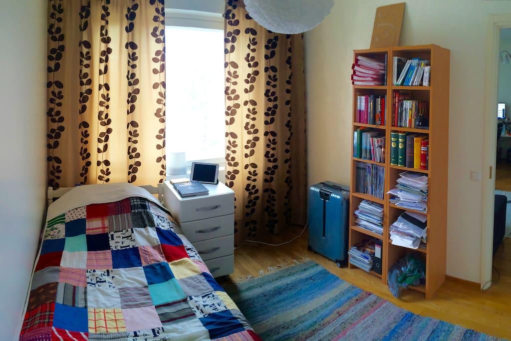 Makuuhuoneessa yhden hengen sänky ja tila lisävuoteelle / Bedroom with a single bed and room for extra bed
