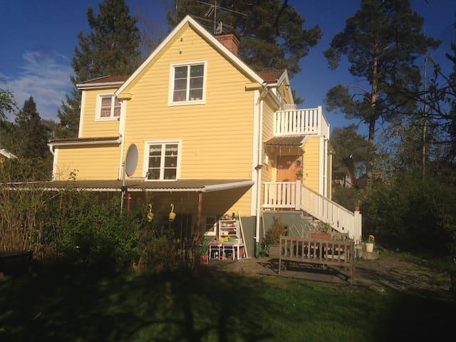 Charmigt hus nära kommunikationer - Huddinge - Casa