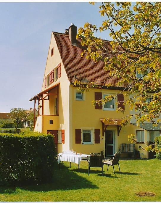 Das Ferienhaus vom Garten aus gesehen