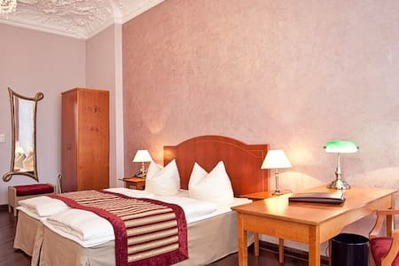 Berlin´s Kult-Hotel am Ku´Damm - Berlin - Bed & Breakfast