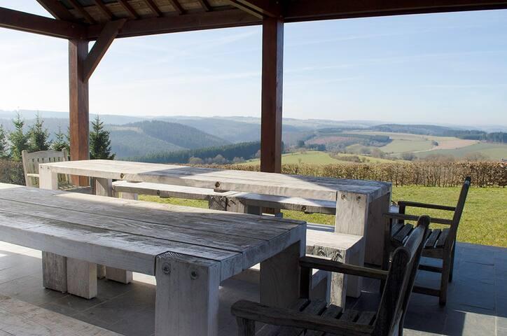 Overdekt terras met prachtig uitzicht.