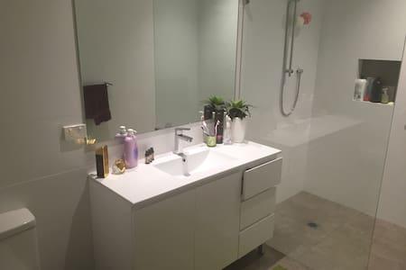 Modern homely 2 bedroom available - Narraweena - Rumah