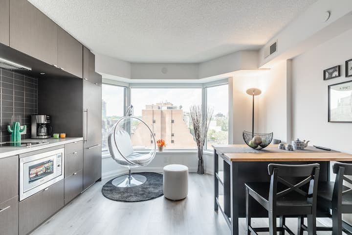 👑The Crown👑YORKVILLE luxury playful entire condo