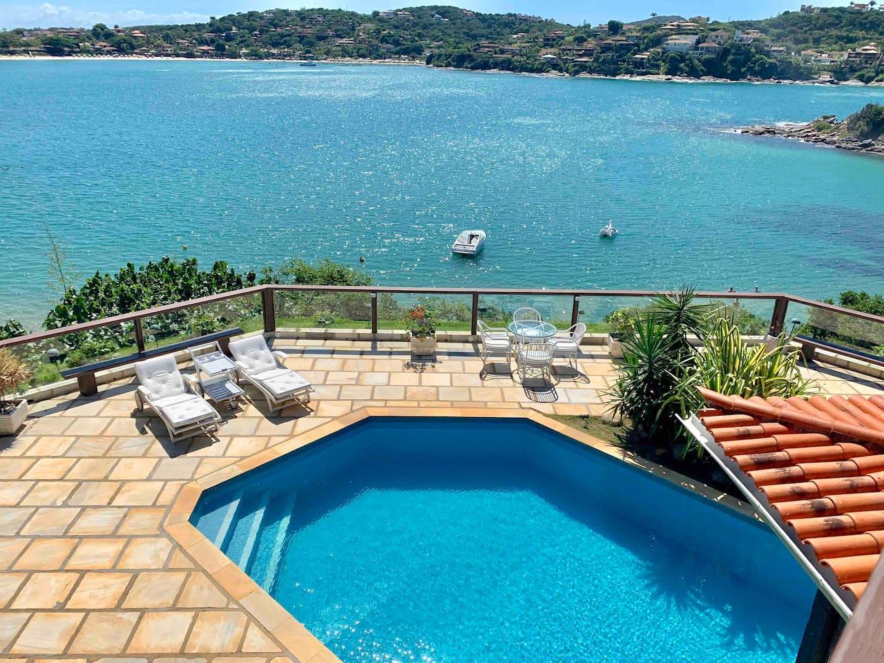 Piscina debruçada sobre linda e calma Praia da Ferradura // Pool overlooking the beautiful and calm Ferradura Beach
