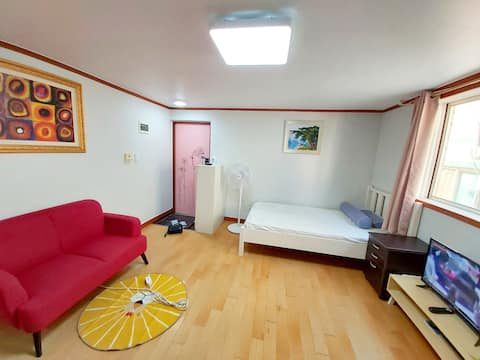 A cost-effective studio in an independent space near the city hall and subway (Gold Line)