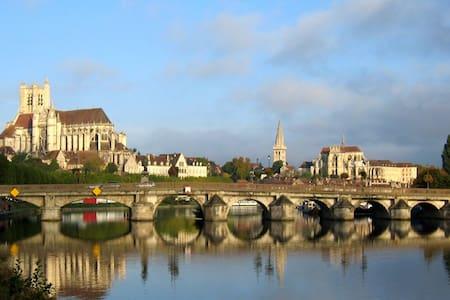 Appartement proche quais de l'Yonne, parc arboré - Byt