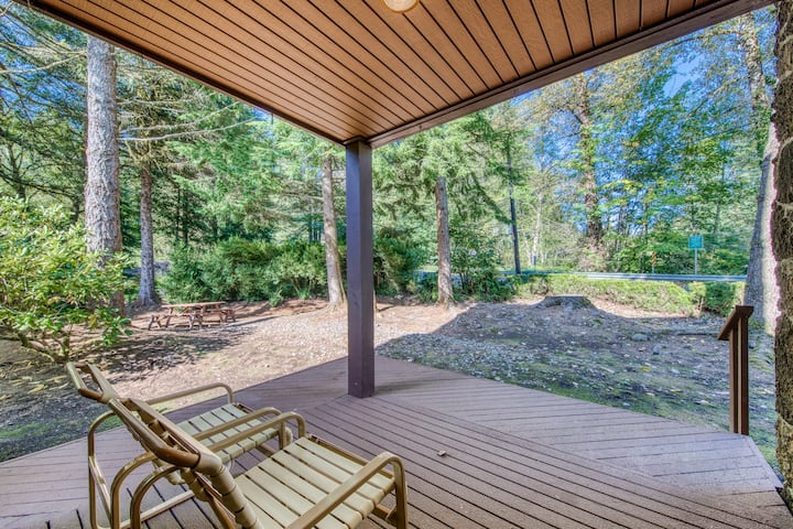 Dog-friendly home w/ shared pool & sauna, nearby golf, and private W/D!