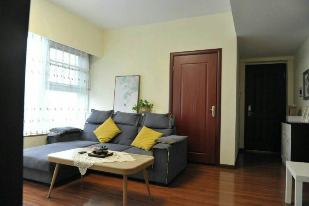 这里是站在主卧看客厅,沙发后面是小卧室,里边是1.7宽X2.2长的榻榻米床