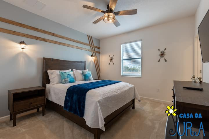 Bedroom with private bath, minutes from Disney!