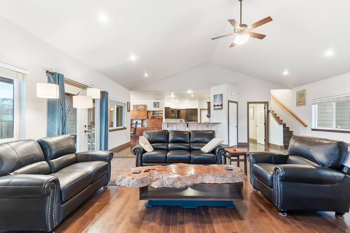 Private home w/deck, grill, fenced yard & fire pit-walk to Lake Pend Orielle!