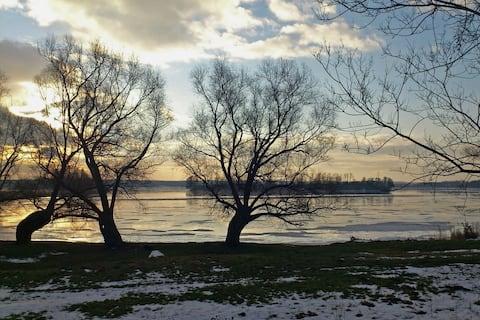 Złota Leśniczówka nad jeziorem Rydzówka