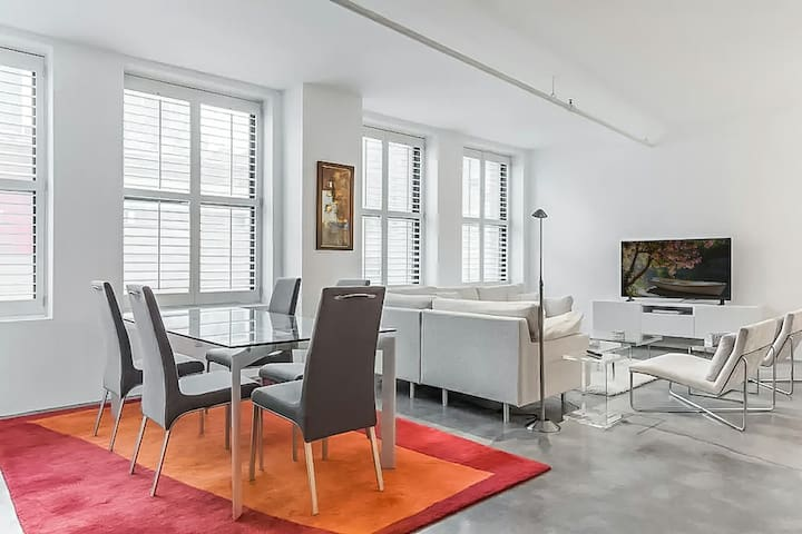 Spacious & Sunlit Loft in the Heart of Downtown