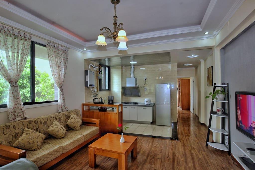 别墅分为两层楼,一层是客厅和开放式厨房以及卧室、阳台和卫生间。
