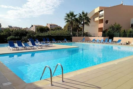 apt1 proche mer/centre port/piscine/wifi /parking