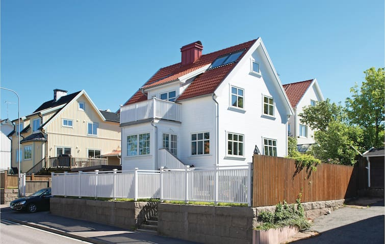 Holiday apartment with 4 bedrooms on 130 m² in Kungshamn