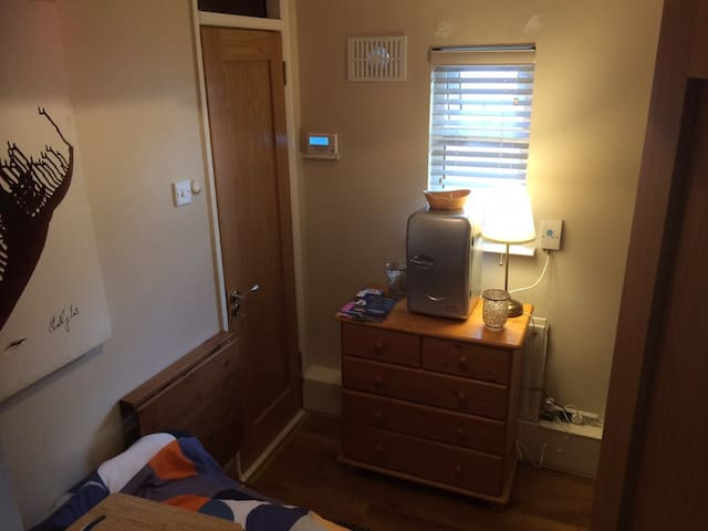Single room with en-suite 15minute walk to city