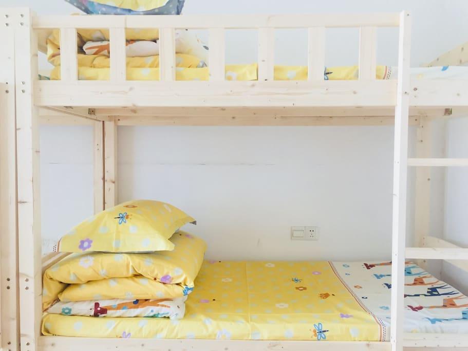 合住女生间床位
