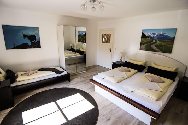 Schlafzimmer mit 1 Doppelbett, 1 Einzelbett und Arbeitsplatz (Sekretär und Stuhl)
