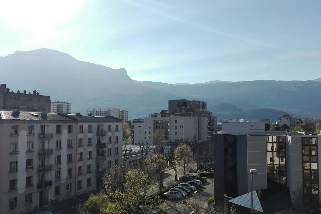 La vue depuis le balcon. Moins loin en vrai : le Vercors