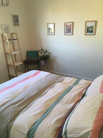 Light filled room close to transport and airport - Thomastown - House