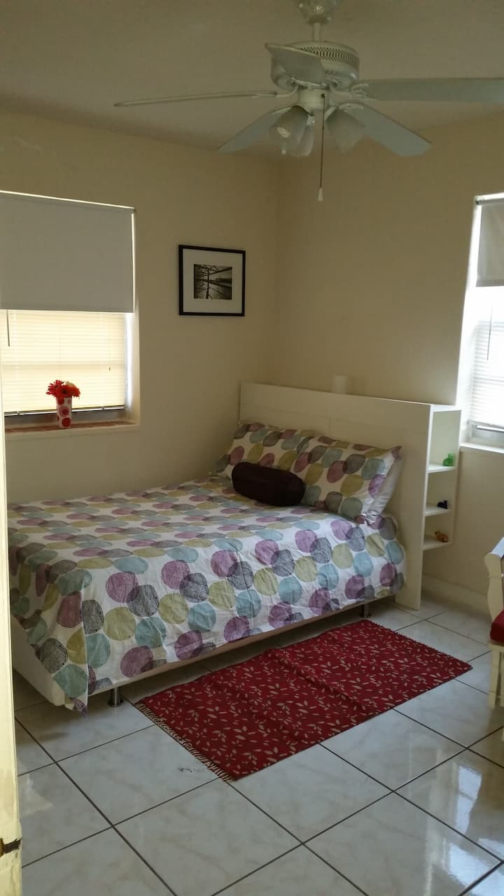 Cozy Room In a Great Neighborhood/Near Everything