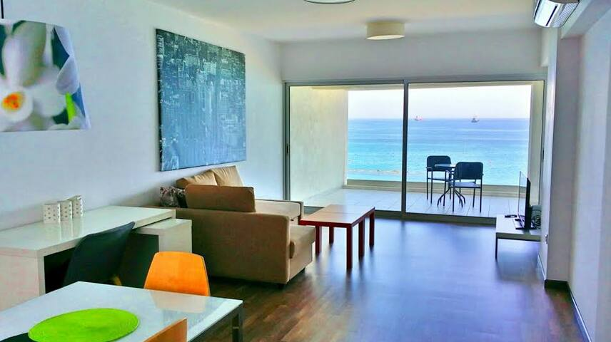 Beachfront apartment in city center - Limasol - Apartment