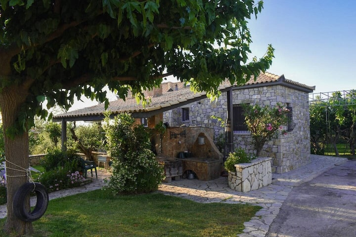 Stone house with garden 1km to  the beach