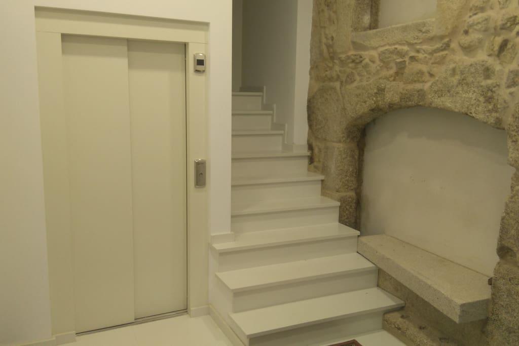 ascensor y escalera de acceso a los pisos.