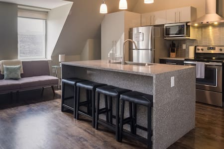 PENTHOUSE APT IN HEART OF DOWNTOWN W/ FREE PARKING - ミルウォーキー - アパート