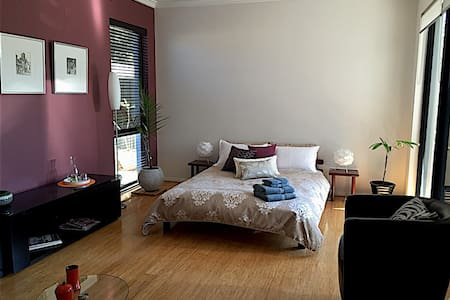Large room (20m2) with separate B/room and WC - Townhouse