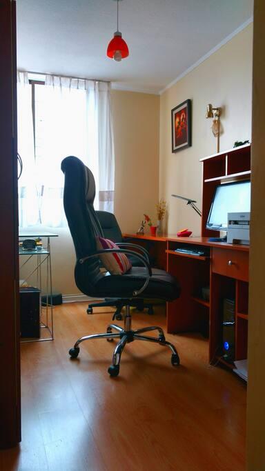 Excelente oficina para viajeros que necesitan trabajar.