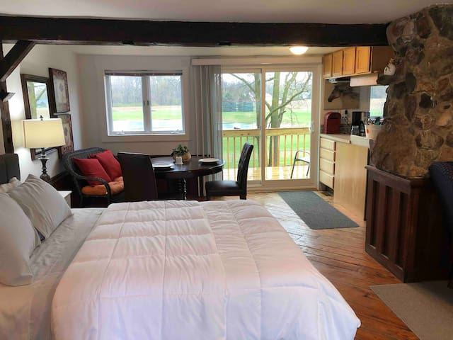 Country River Suites- Queen Balcony View