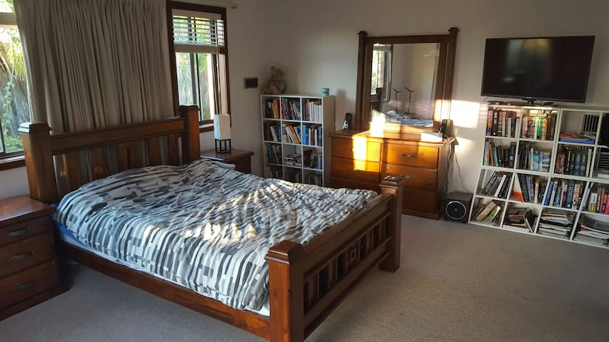 Large Master Bedroom with Ensuite - Leeming