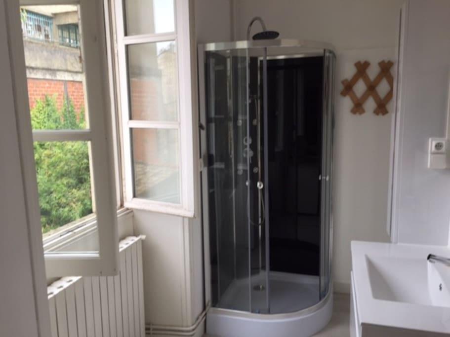 Coin douche et lavabo, meuble de rangement dans chambre
