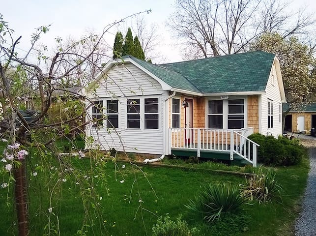 Cozy Cottage Home near Lake Lansing - Meridian charter Township - Huis