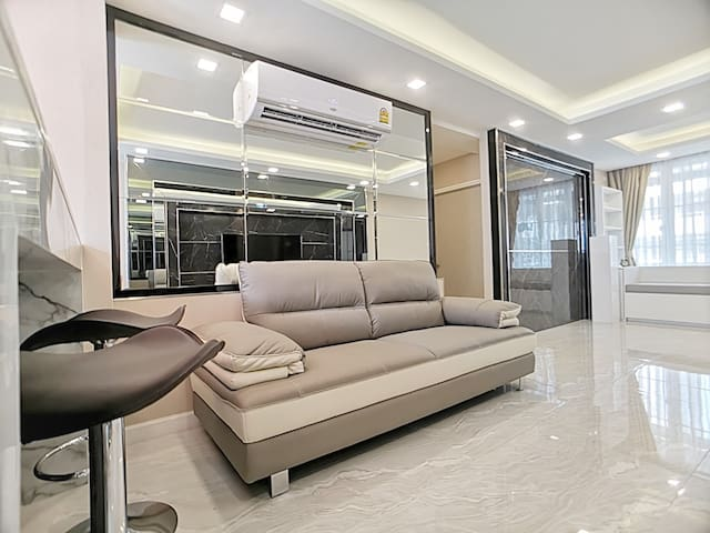 LUXURIOUS WORTHY APARTMENT:2BR /WIFI/1MINS to MRT