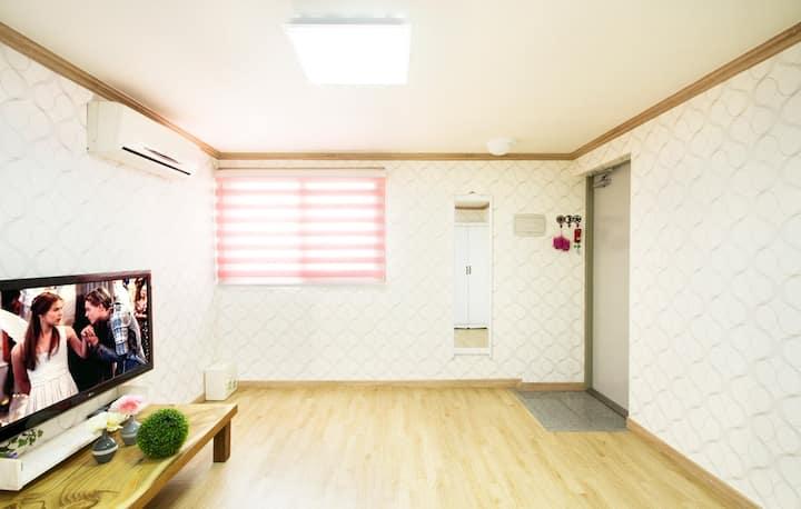 깔끔한 인테리어로 방안이 한층더 밝은 분위기줘 쾌적하게 쉴 수 있는 객실 베고니아