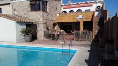 Un apartament amb piscina dins d' una casa de camp