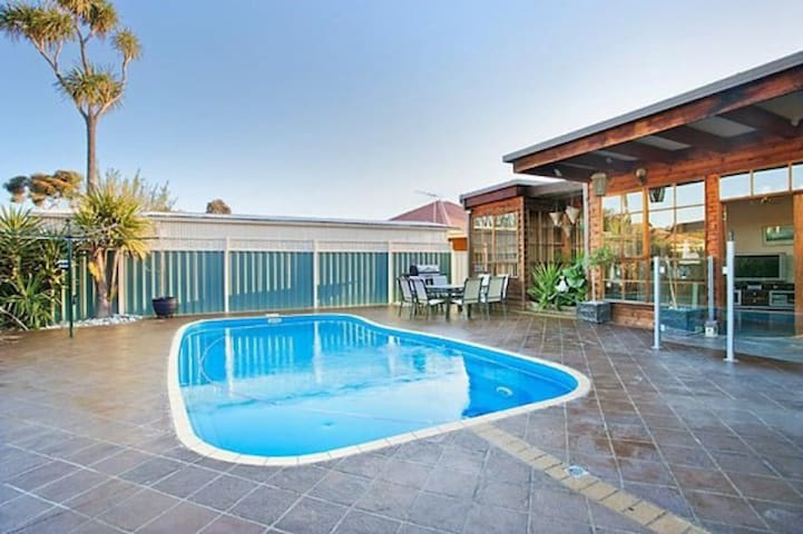 Delightful renovated home, close to CBD & beaches - Altona North - Huis