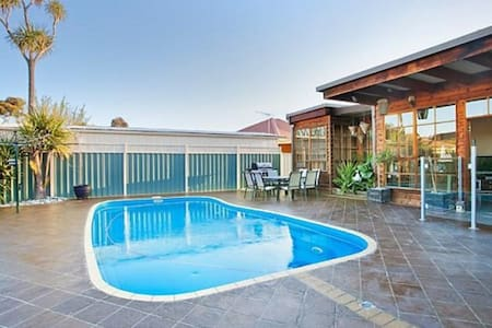 Delightful renovated home, close to CBD & beaches - Altona North - 獨棟