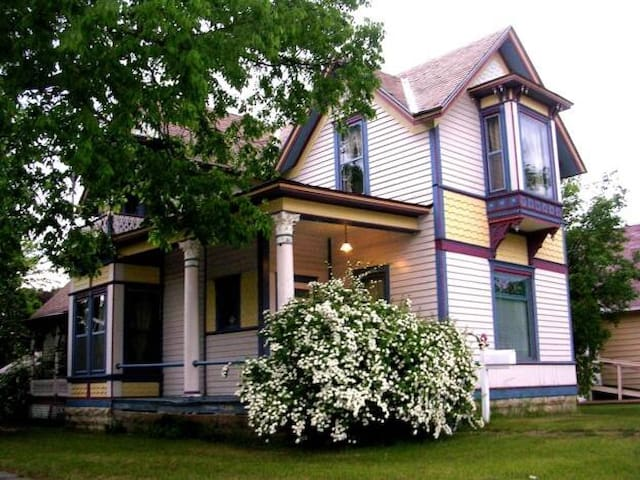Historic Carter House-Rivertown Romance!
