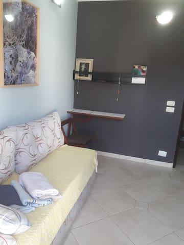 Um quarto confortável, lugar central e tranquilo.