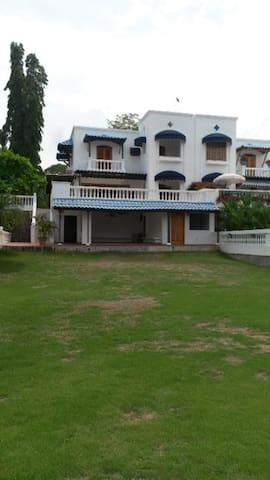Espectacular Villa en Playa Blanca frente al mar - บ้าน